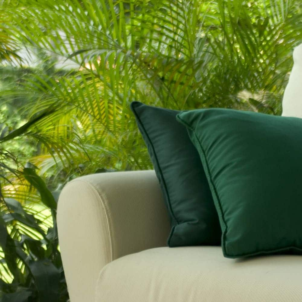 Loungemöbel gibt es inzwischen viele... hier fühlt man sich wie im Wohnzimmer, nur unter freiem Himmel, von Cecilia Lim H M Lizenzfreie Stockfotonummer: 458966
